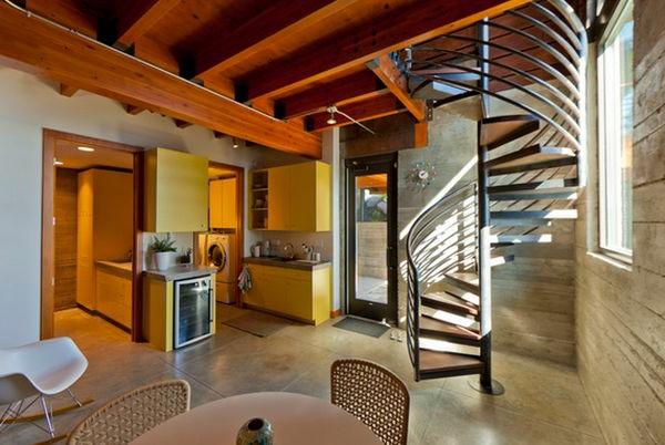 Spiraltreppen und Decke aus Holz für ein luxus Zimmer