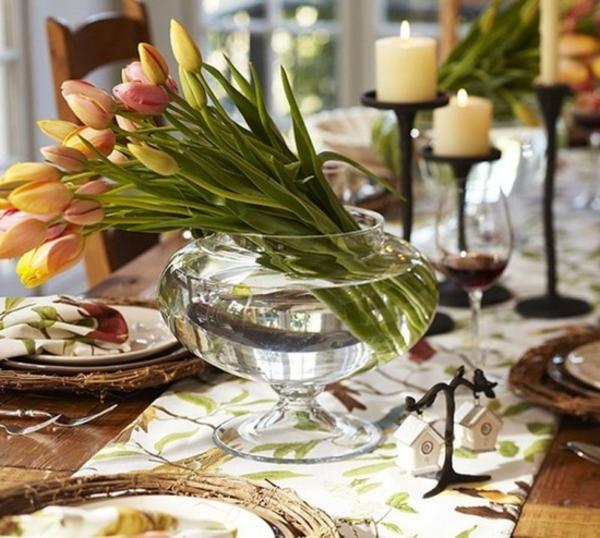 tischdeko-tulpen in vase und weiße kerzen