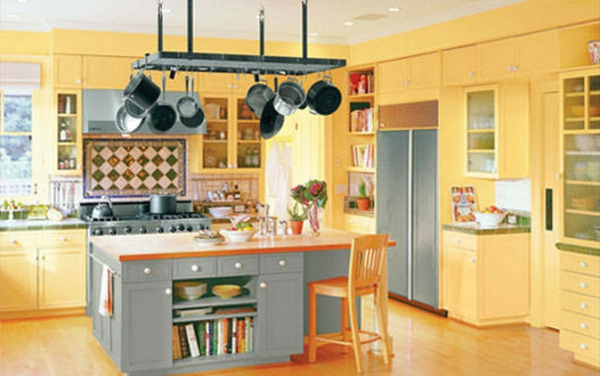 kleine küche mit orangen nuancen kochinsel barhocker in orange