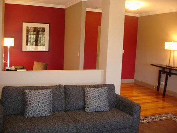 wohnzimmer mit schönem design - rote wände
