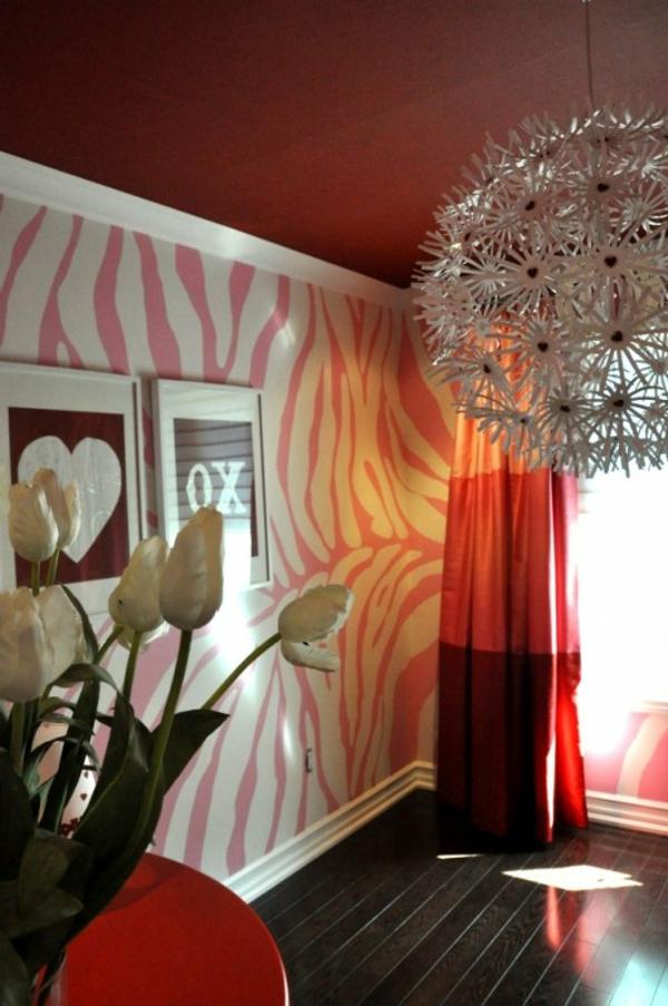 wand mti rosiger farbe streichen - luxus zimmer mit einem schönen kronleuchter und weißen tulpen
