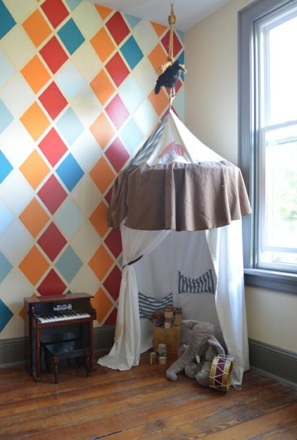 spiel häuschen und kleines klavier im zimmer mit bunter wandfarbe