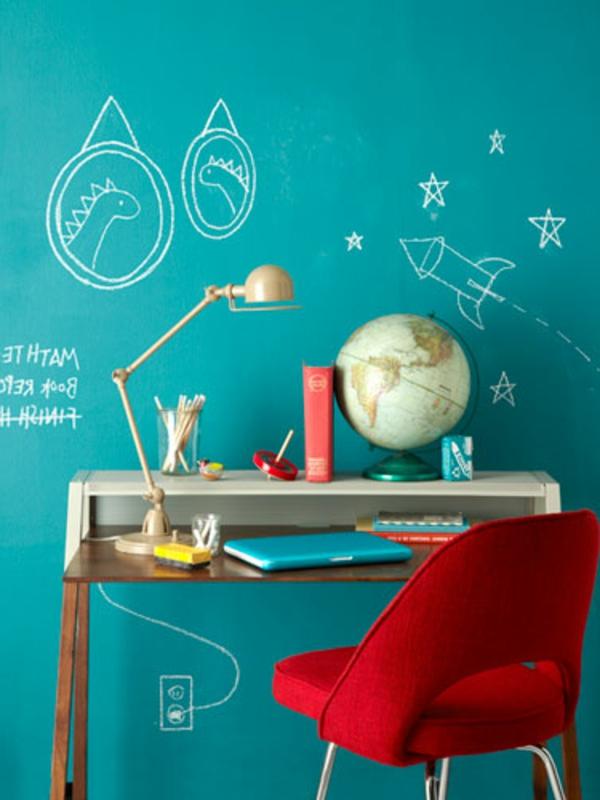 wände schön gestalten - blaue wand mit kreativen bemalungen - arbeitszimmer für kinder