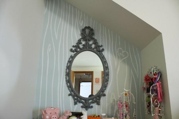 wandgestaltung im hausflur  - graue farbe und weiße figuren