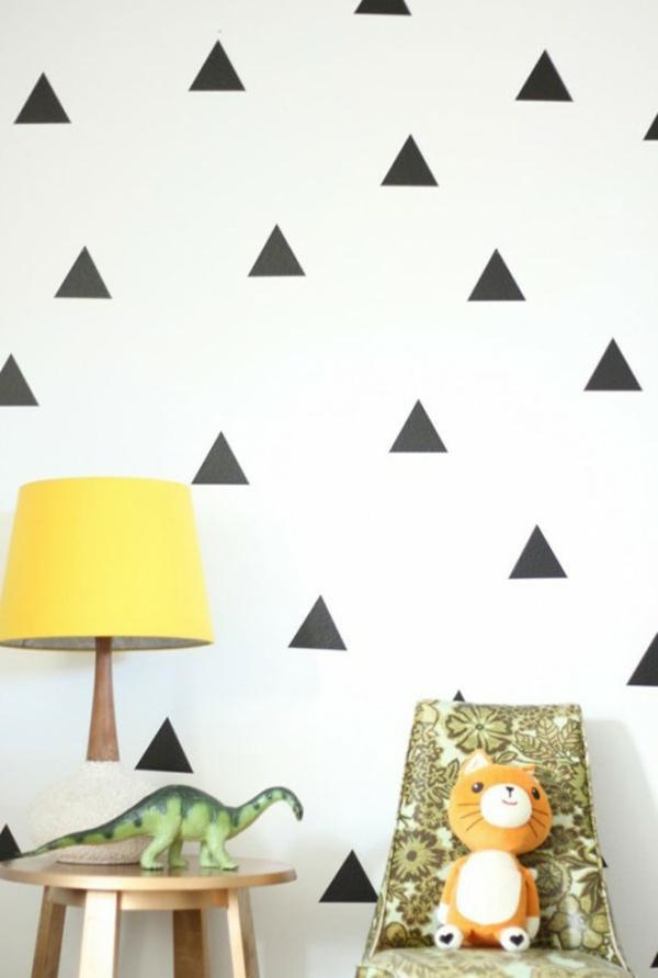wandgestaltung mit schwarzen dreiecken- weiße hauptfarbe