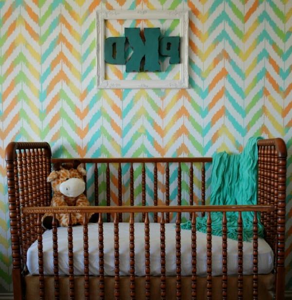 babyzimmer design mit bunten wänden und dekoartikeln