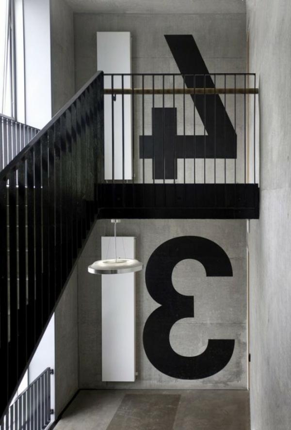 super wände streichen ideen - graue hauptfarbe und schwarze nummern