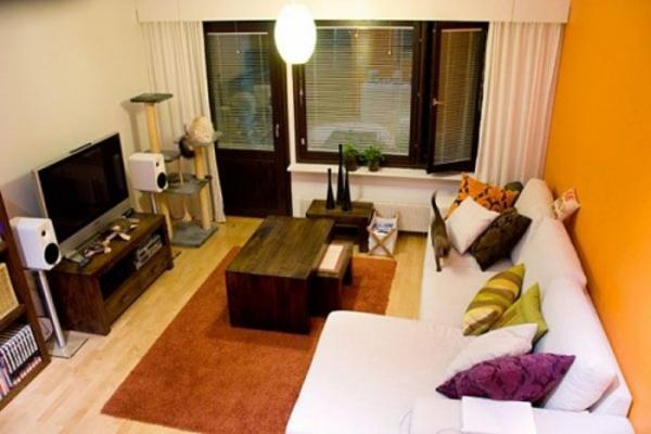Wandfarbe Fürs Wohnzimmer Weißes Sofa Bunte Kissen Hölzerner Tisch