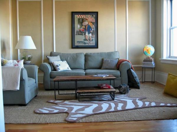 kelines wohnzimmer mit interssantem teppich und couch