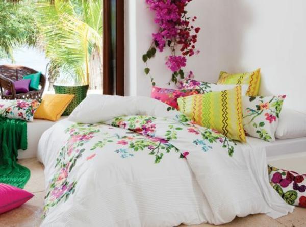 helles schlafzimmer mit einem bett mit weißen bettbezügen und schönen malerschablonen - blumen
