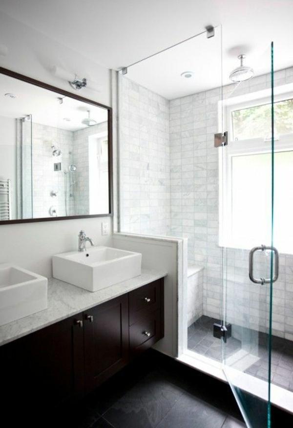 spiegel und duschkabine im kleinen badezimmer mit weißer gestaltung