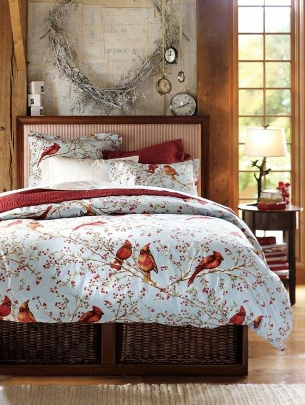 gemütliches schlafzimmer mit lustigen bettbezügen und kissen