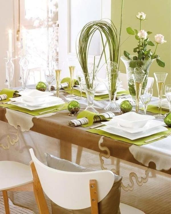 porzellangeschirr und weiße rosen für moderne tischdeko in grünen farbschemen