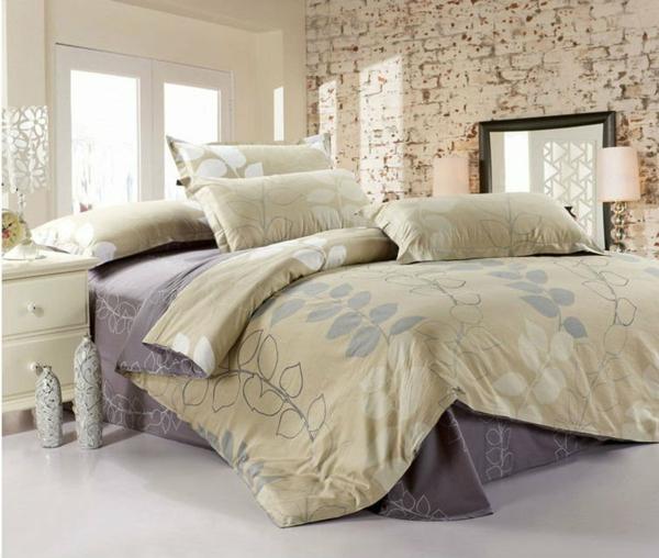 kreativ ausgestattetes schlafzimmer mit hellbargigen bettbezügen und kissen