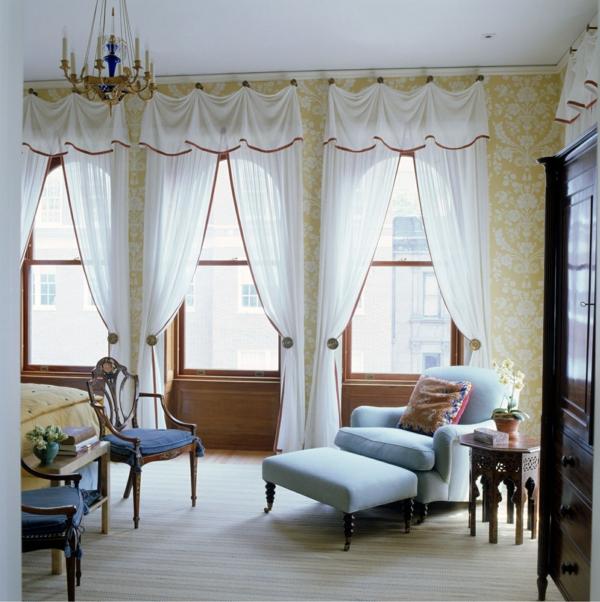 ... mit gelber Wnadgestaltung und weiße Gardinen - schön und modern