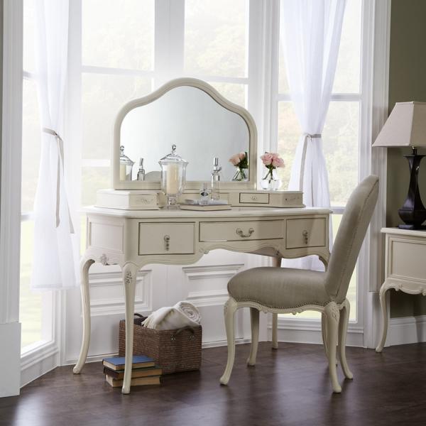 schminktisch in okra farbe - mit weißen gardinen