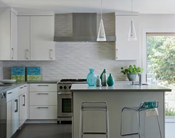 modernes küchenspiegel aus küchenfliesen in weiß
