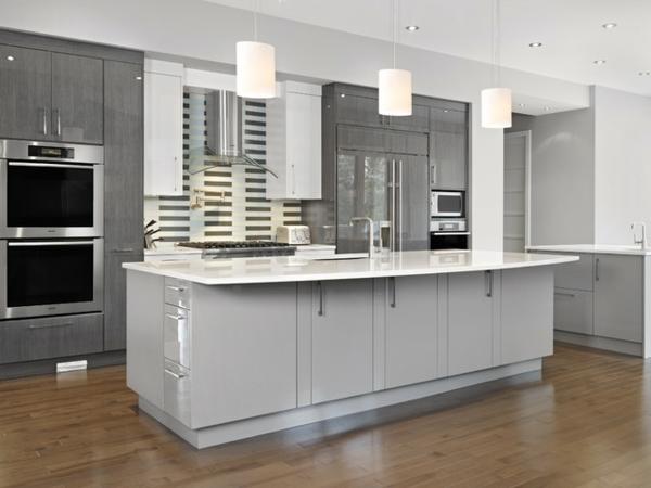 küche mit interessantem interieur und farbe - weiß und grau