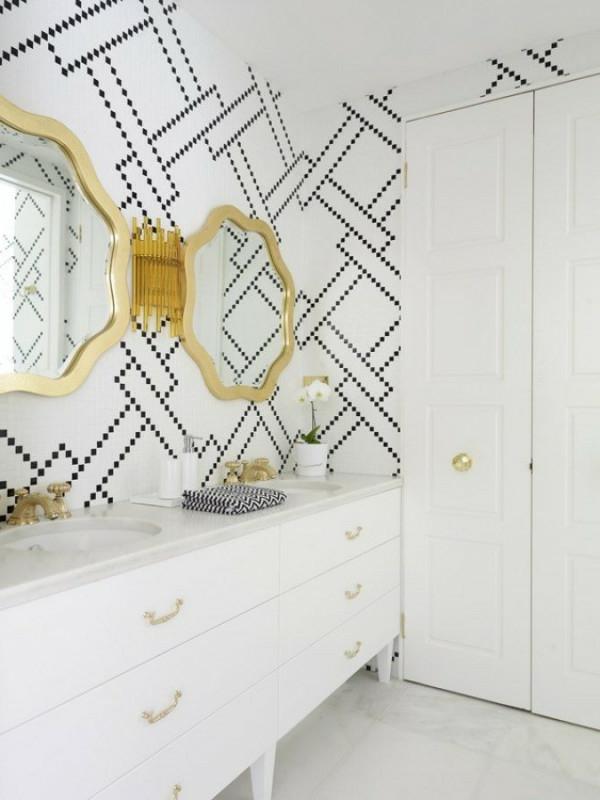 badezimmer mit zwei luxus spiegeln und interessanter wandgestaltung