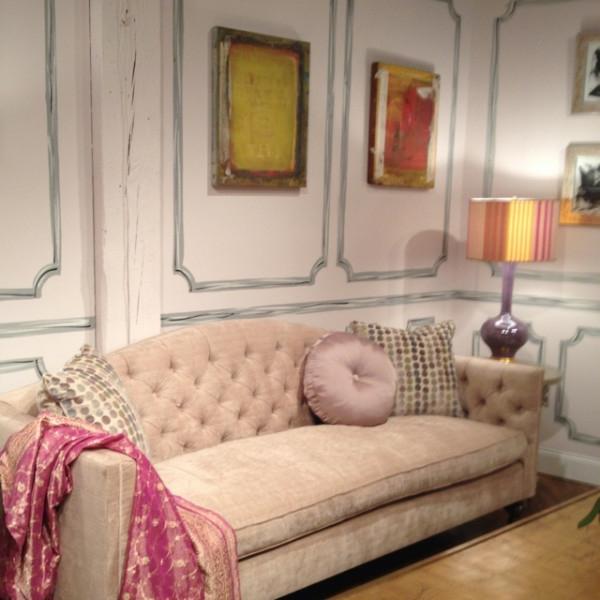 sofa dekokissen und originelle wandgestaltung mit linien