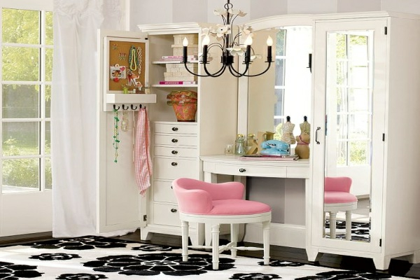 weiße möbel und schminktisch mit einem rosigen stuhl und ein eleganter kronleuchter