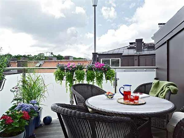balkongestaltung mit vielen pflanzen