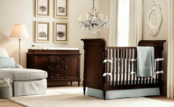 weiße wandgestaltung im babyzimmer mit hölzernen möbeln