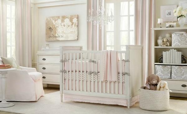 kronleuchter aus glas und weiße und rosige farbnuancen im babyzimmer
