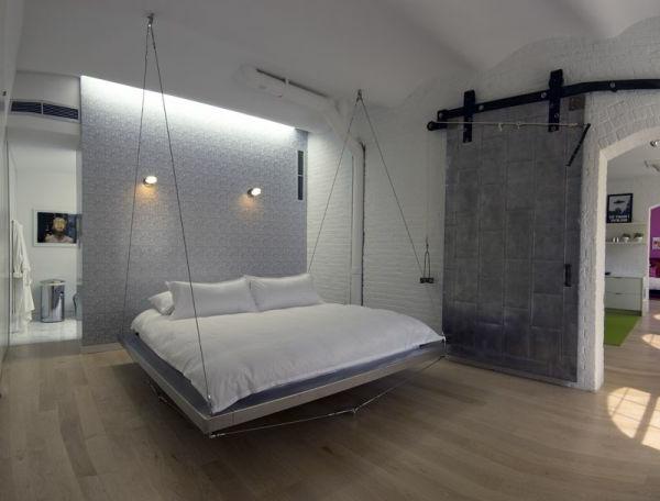 hängendes bett im schlafzimmer mit weißer und grauer gestaltung