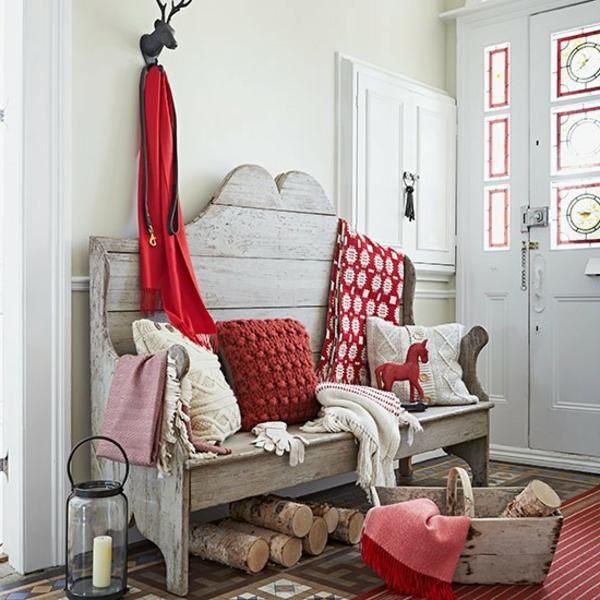 flurgestaltung mit weißen wänden und roten dekoartikeln