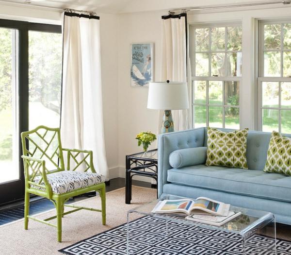 weiße gardinen und hellfarbige möbel im wohnzimmer