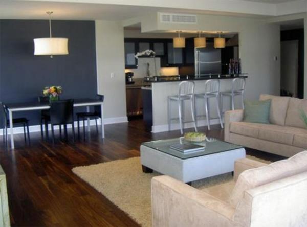 farbe wohnzimmer ideen:wohnzimmer streichen ideen – dunkel blau und graue barhocker nesttisch