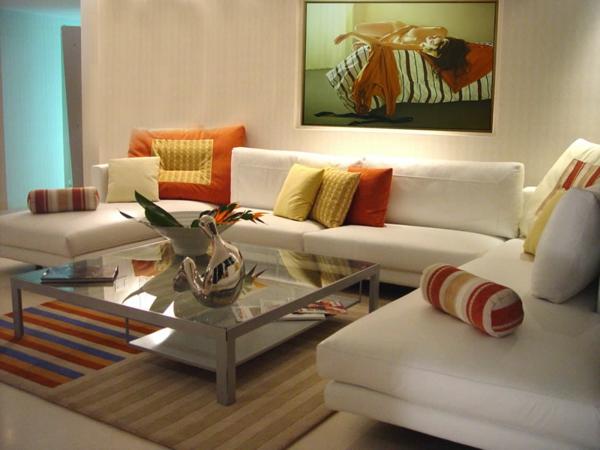 weißes sofa im wohnzimmer mit interessanter gestaltung