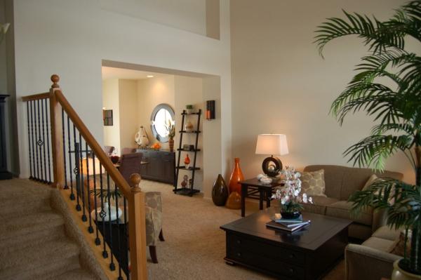 weiße wandfarbe und grüne dekopflanze im wohnzimmer