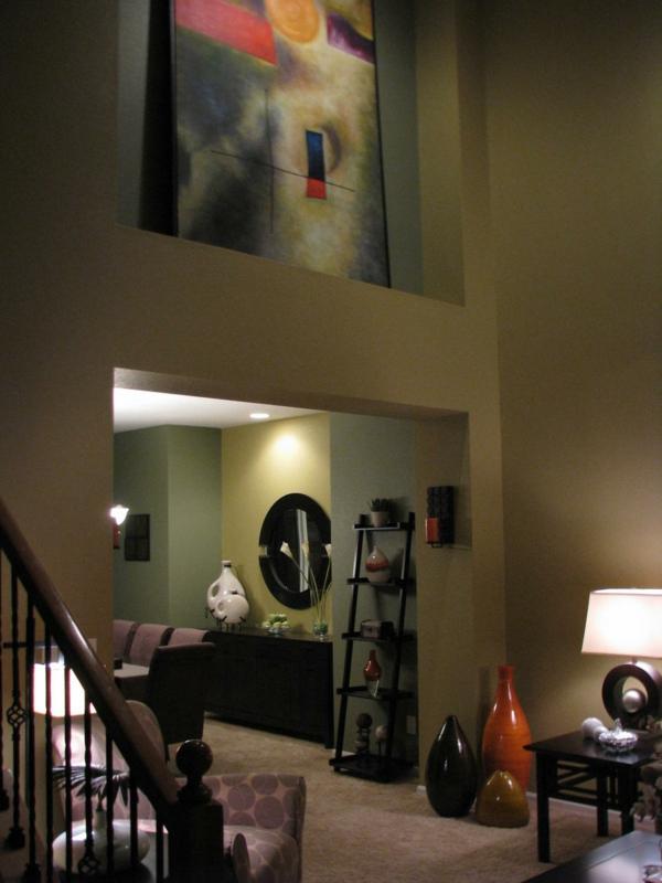 wohnzimmer mit kreativer ausstattung - helle wände und großes gemälde