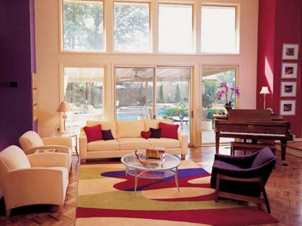 dunkel lila und rote farbe für wandgestaltung im luxus wohnzimmer