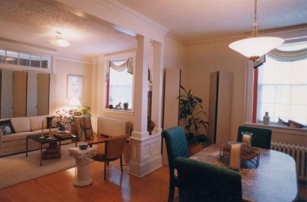 Weiße Wandfarbe Und Schlichte Ausstattung Im Wohnzimmer Und Im Esszimmer