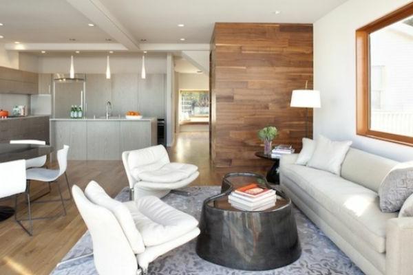 nesttisch und weiße möbel im wohnzimmer