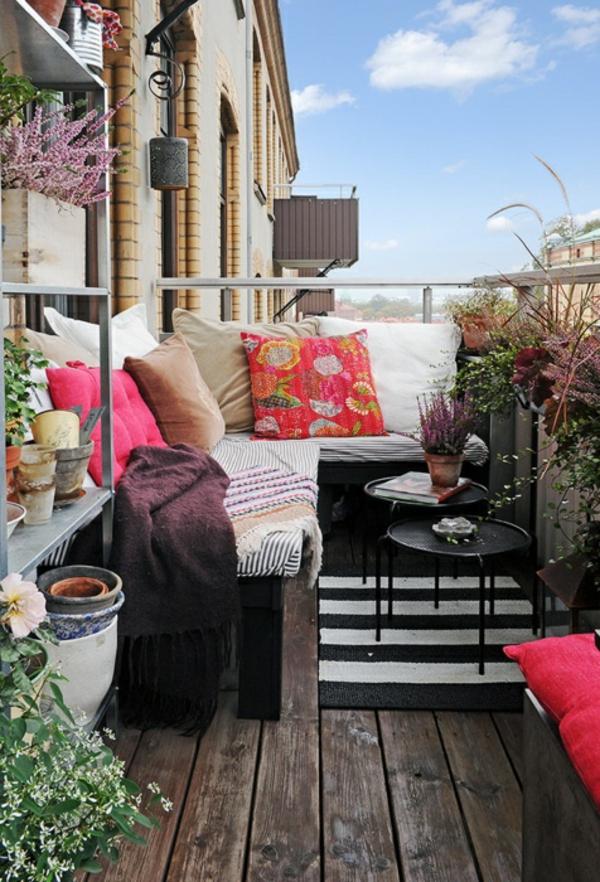 terrasse schön anlegen - pflanzen und dekokissen