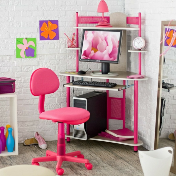 bilder an der weißen wand und rosiger stuhl für ein modernes kinderschreibtisch