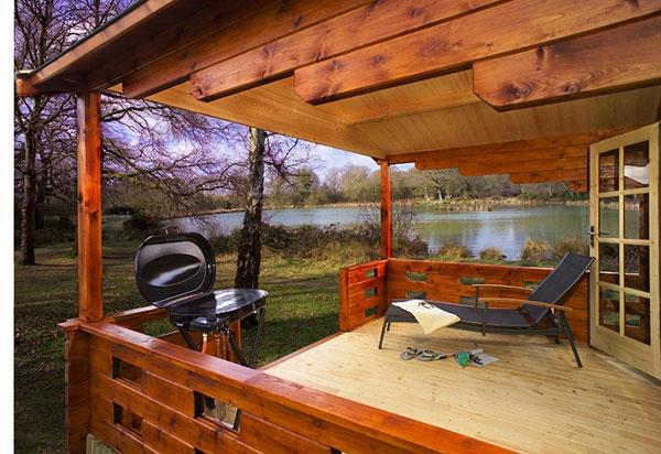 Exceptional überdachte Terrasse Schwarzer Liegestuhl  Neben Einem Teich