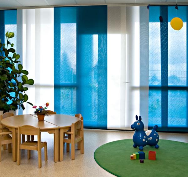 Flaechenvorhang- in-weiß-und-blau- spielzeug und runder tisch