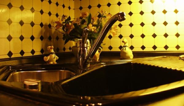 Fliesenspiegel-Küche- gelb und schwarz