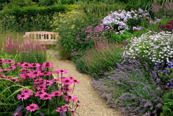 Bank im garten for Gartengestaltung nach farben