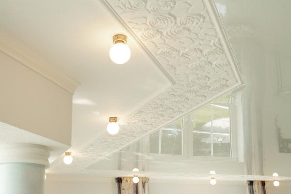 Gestaltung-Decke-Weiß-Motive-Deckenleuchten