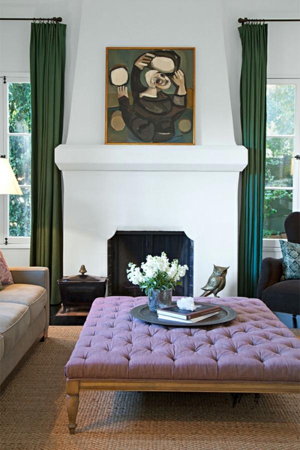 Lila Ottomane als Tisch im Wohnzimmer