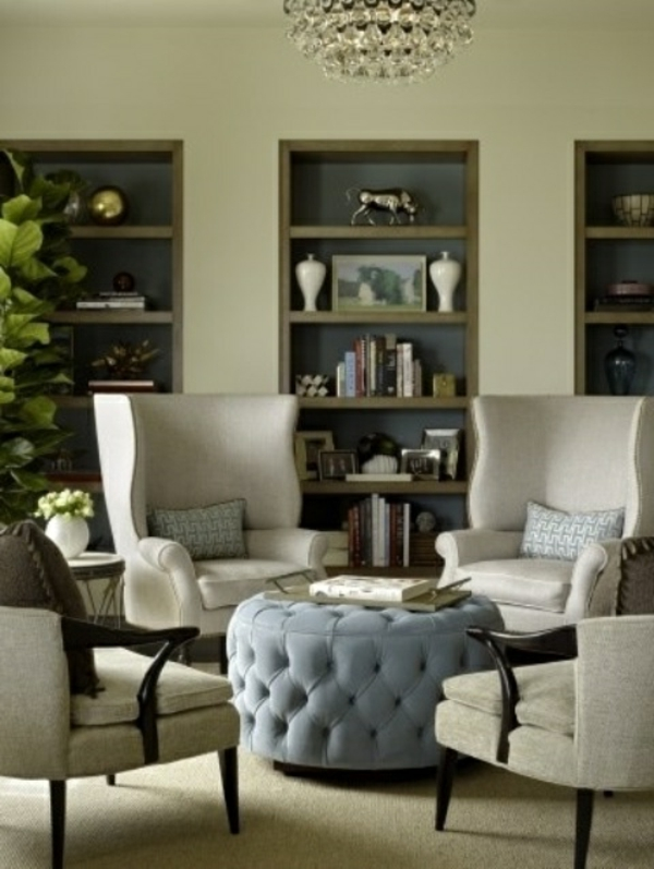 Ottomane zwische Stuhlen. Diehnt als Kaffeetisch