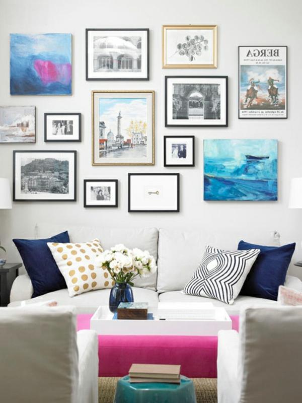 Ottomane statt Cauchtisch im Wohnzimmer mit vielen Bildern auf dem Wand