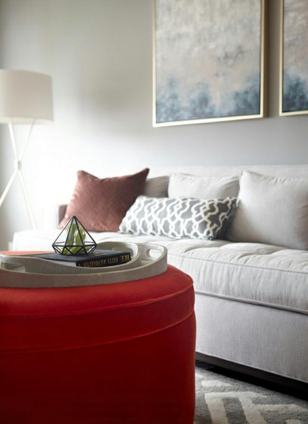 Angenehmes Wohnzimmer Gestaltung mit Ottomane in Röt