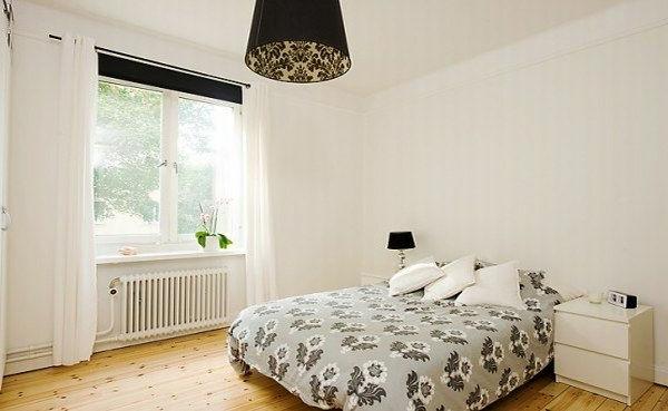 Schlafzimmer-gestalten-im-skandinavischen-Stil-Bett-neben-dem-Fenster-weiße-Wände